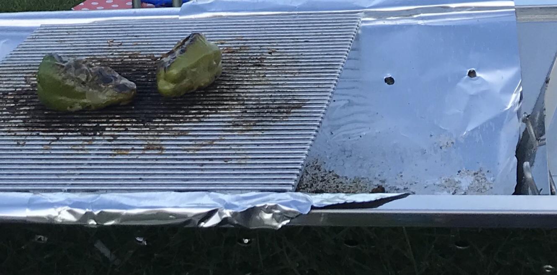 バーベキューコンロの内側に厚手のアルミホイルを敷けば汚れない