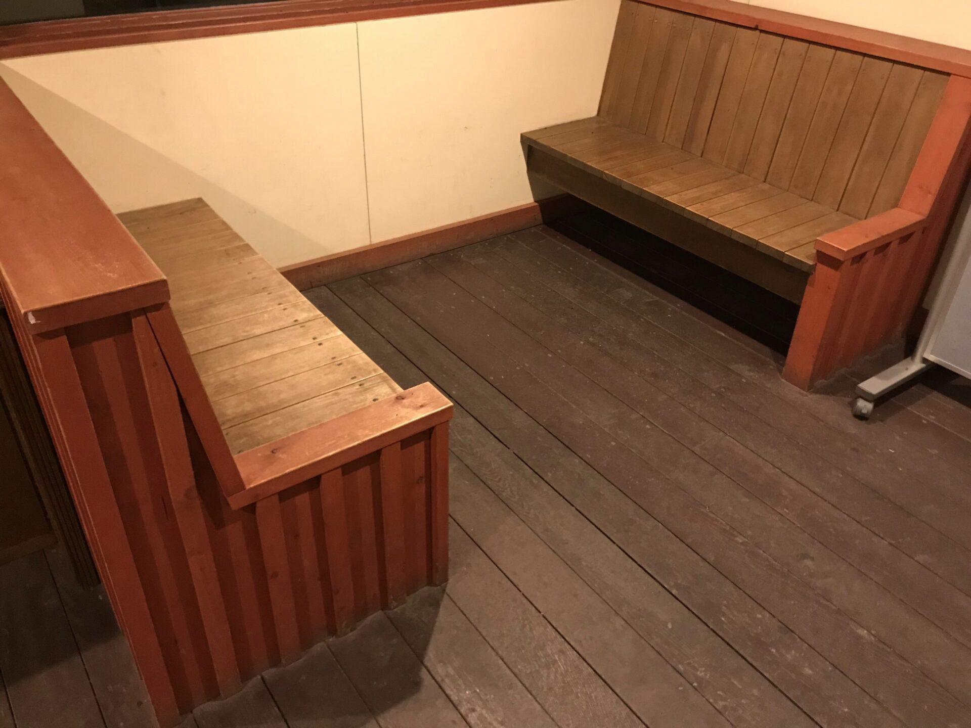 白金ビルケのトイレ前にはベンチが