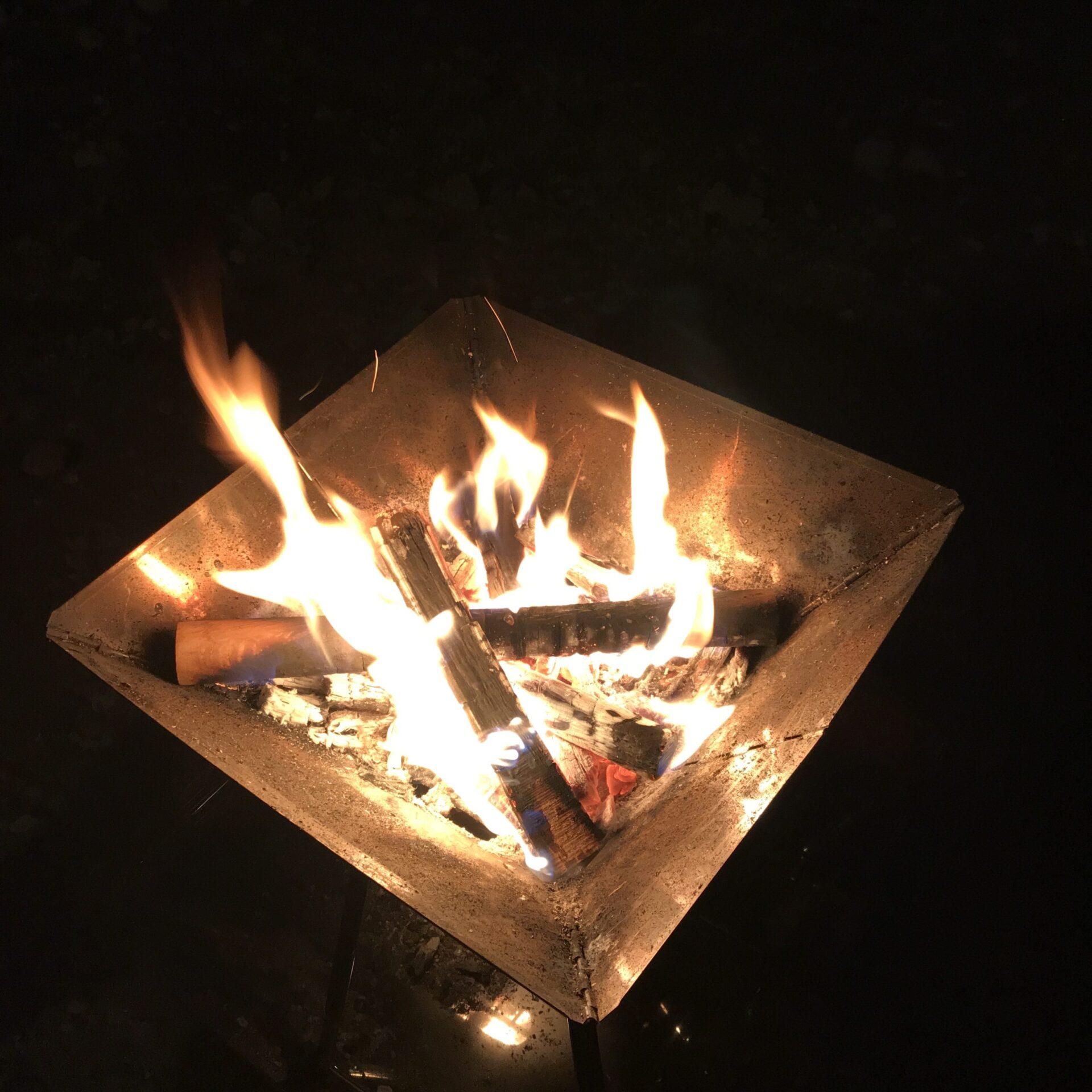 キャンプグリーブの焚き火台で焚火