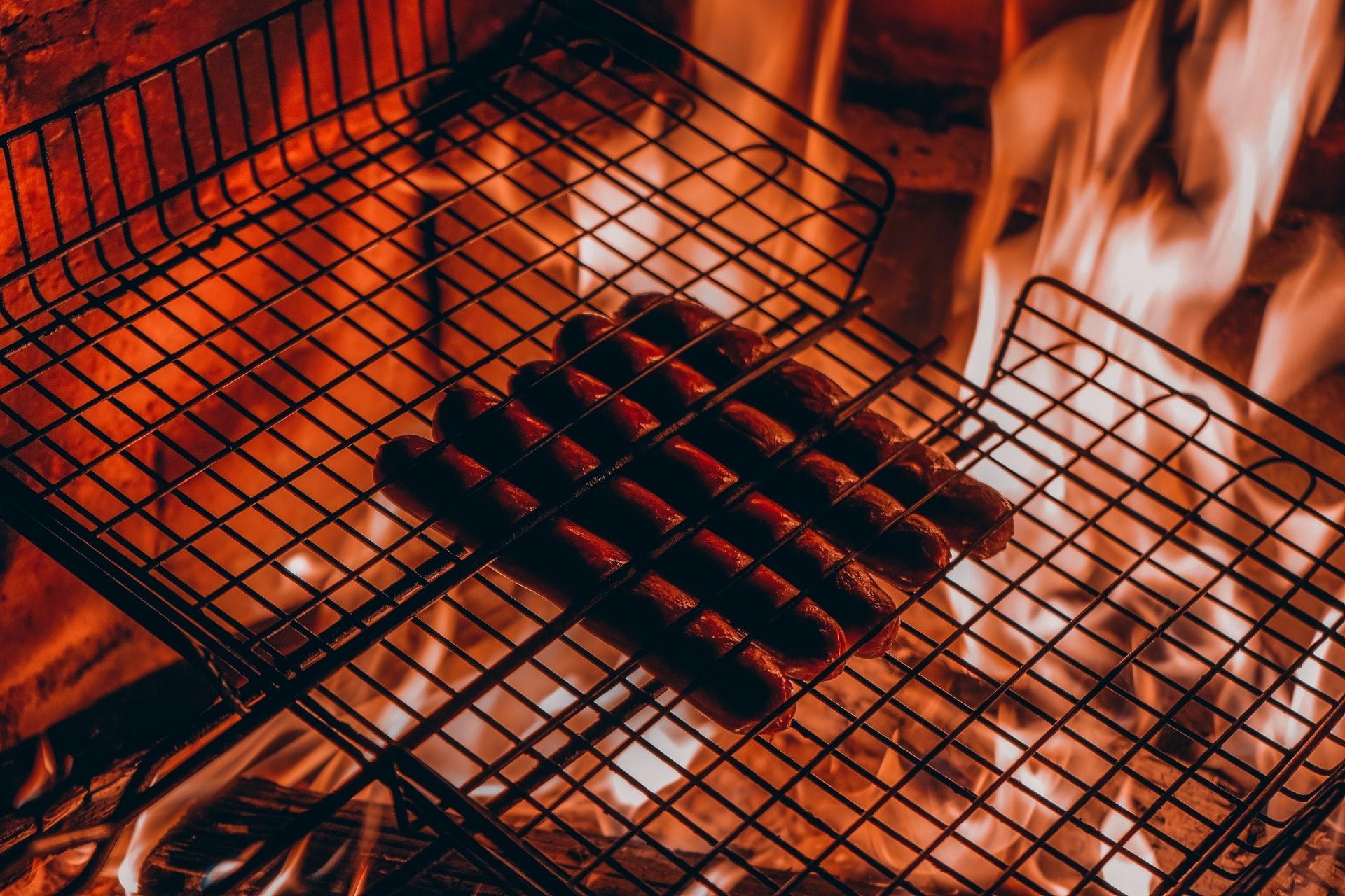 バーベキューでは網を良く加熱してから肉を焼く