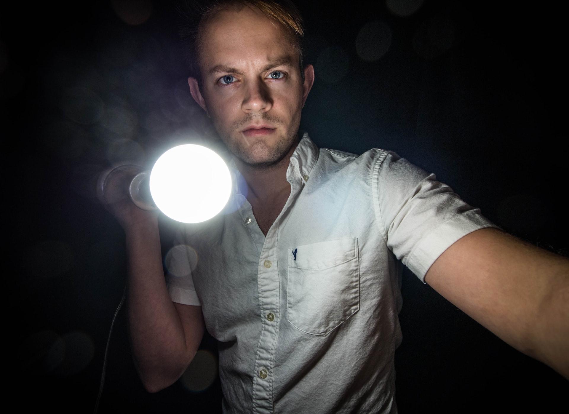 懐中電灯の持ち方を海外ドラマ風にするととても合理的です