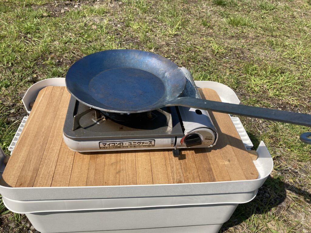 鉄フライパンシーズニング:油を馴染ませる前に加熱する