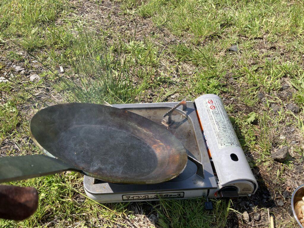 鉄フライパンシーズニング:フライパンを傾けて全体的に加熱する