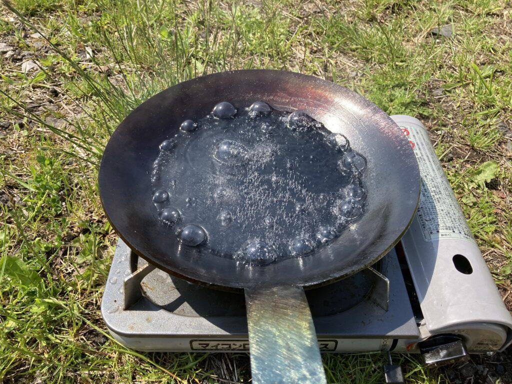フライパン使用後は水を入れて沸かすことで汚れがある程度取れる
